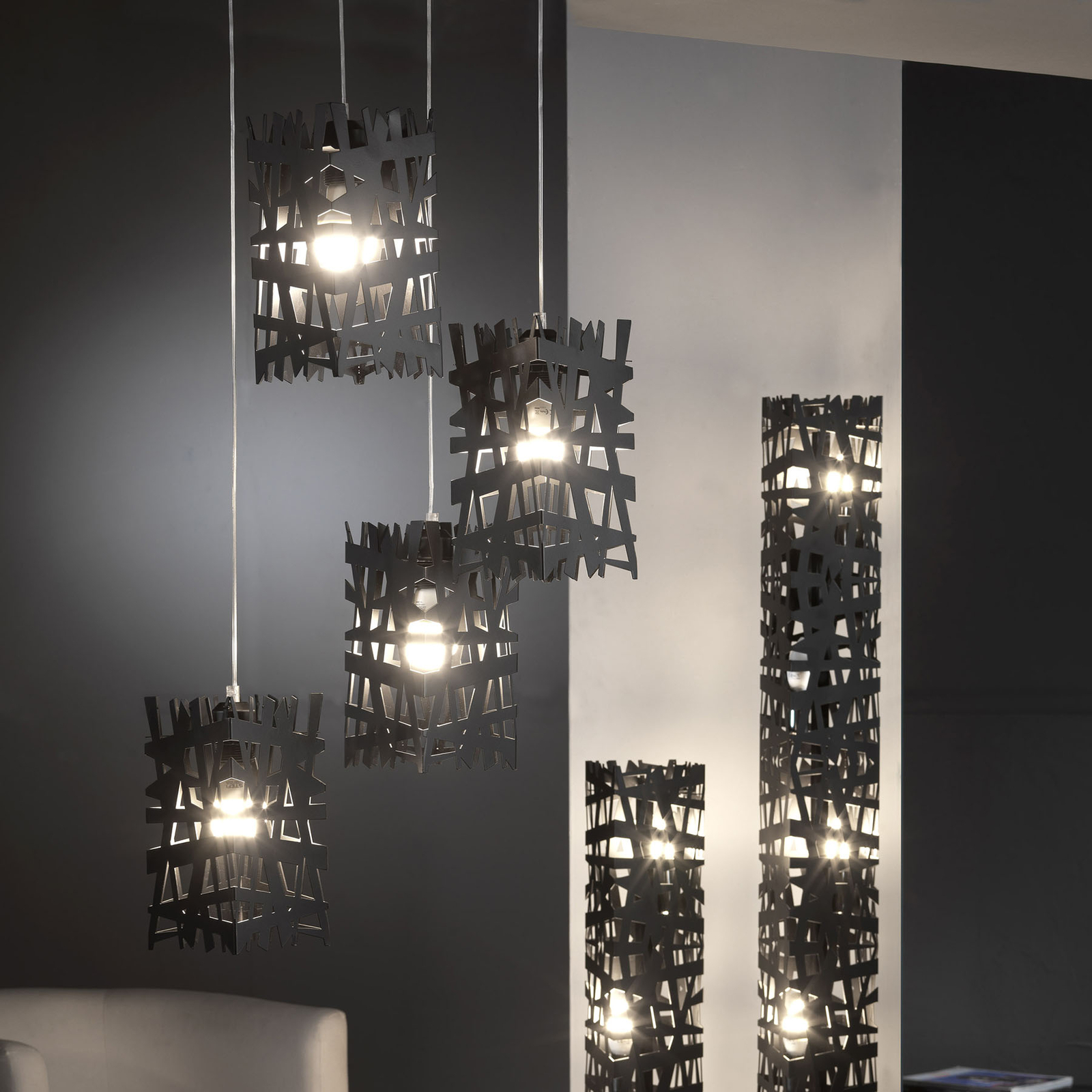 Lattiavalaisin Foresta metallista, korkeus 153 cm