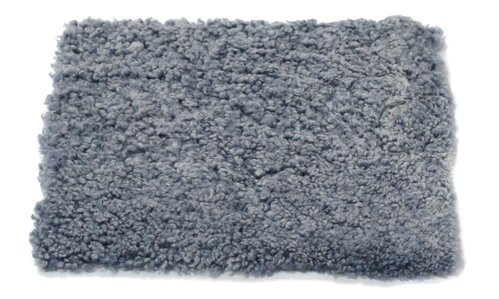 Krøllete firkantet stolpute i saueskinn - lysgrå