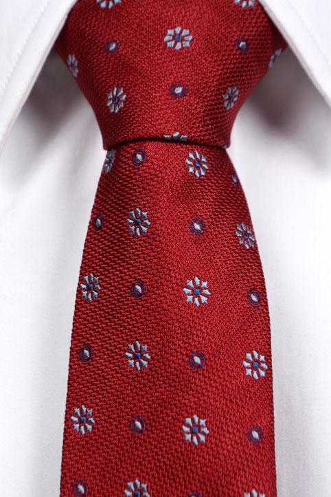 Smale Slips, Klarrød bunn med blomster i lyseblått, kornblått og mørkeblått