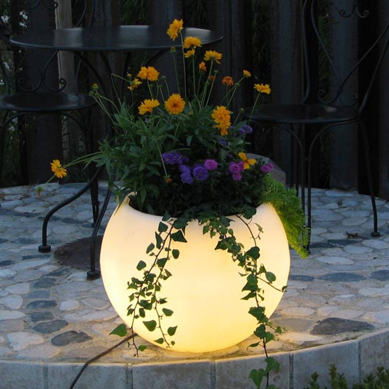 LED-kukka-astia Flora, akku, 50 cm valkoiset LEDit