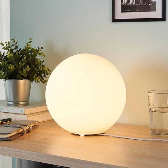 Kuleformet bordlampe Marike i hvitt glass