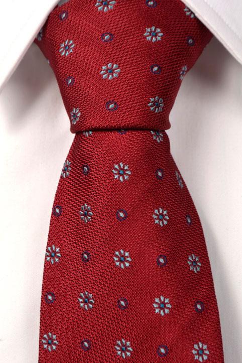 Silke Slips, Klarrød bunn med blomster i lyseblått, kornblått og mørkeblått