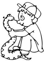 Раскраска Мальчик держит змею