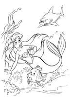 Раскраска Русалочка и Флаундер спасаются от акулы