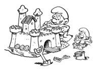 Раскраска Смурфики строят песочный замок