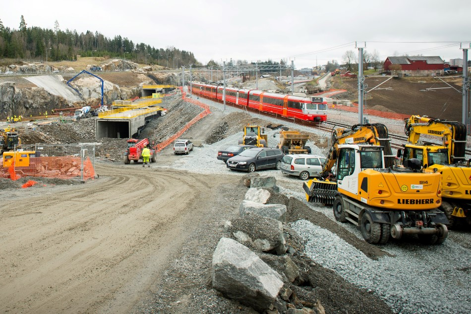 A train on the Østfold Line passes construction work on the Follow Line. Photo: Anne Mette Storvik / Bane NOR.