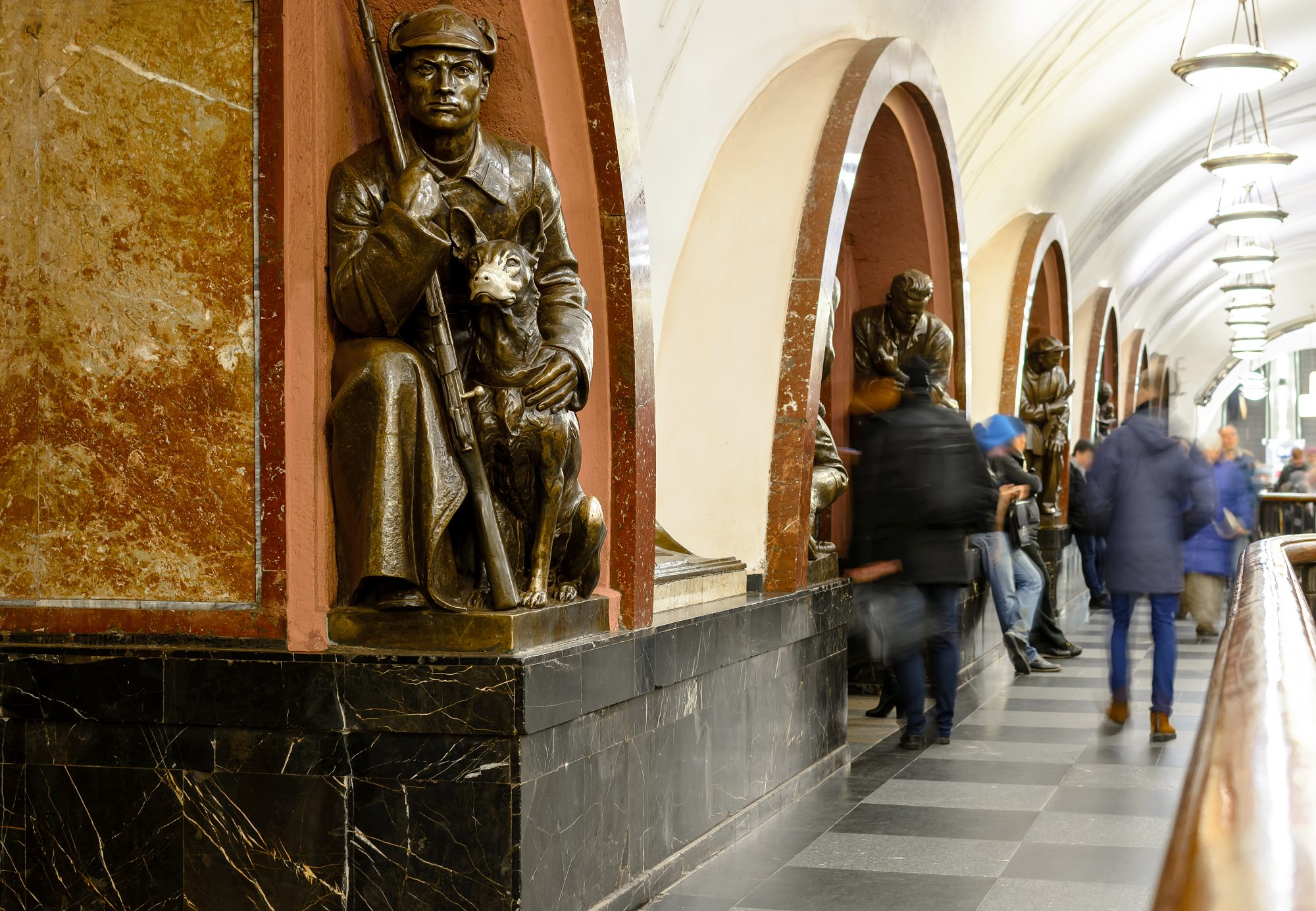 According to superstition, rubbing the nose of the bronze sheppard dog statue at Ploshchad Revolyutsii station will bring good luck. Photo: Moscow Government.