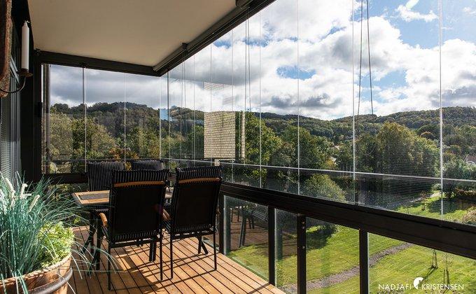 Inglasad balkong med vy över Hallandsåsen