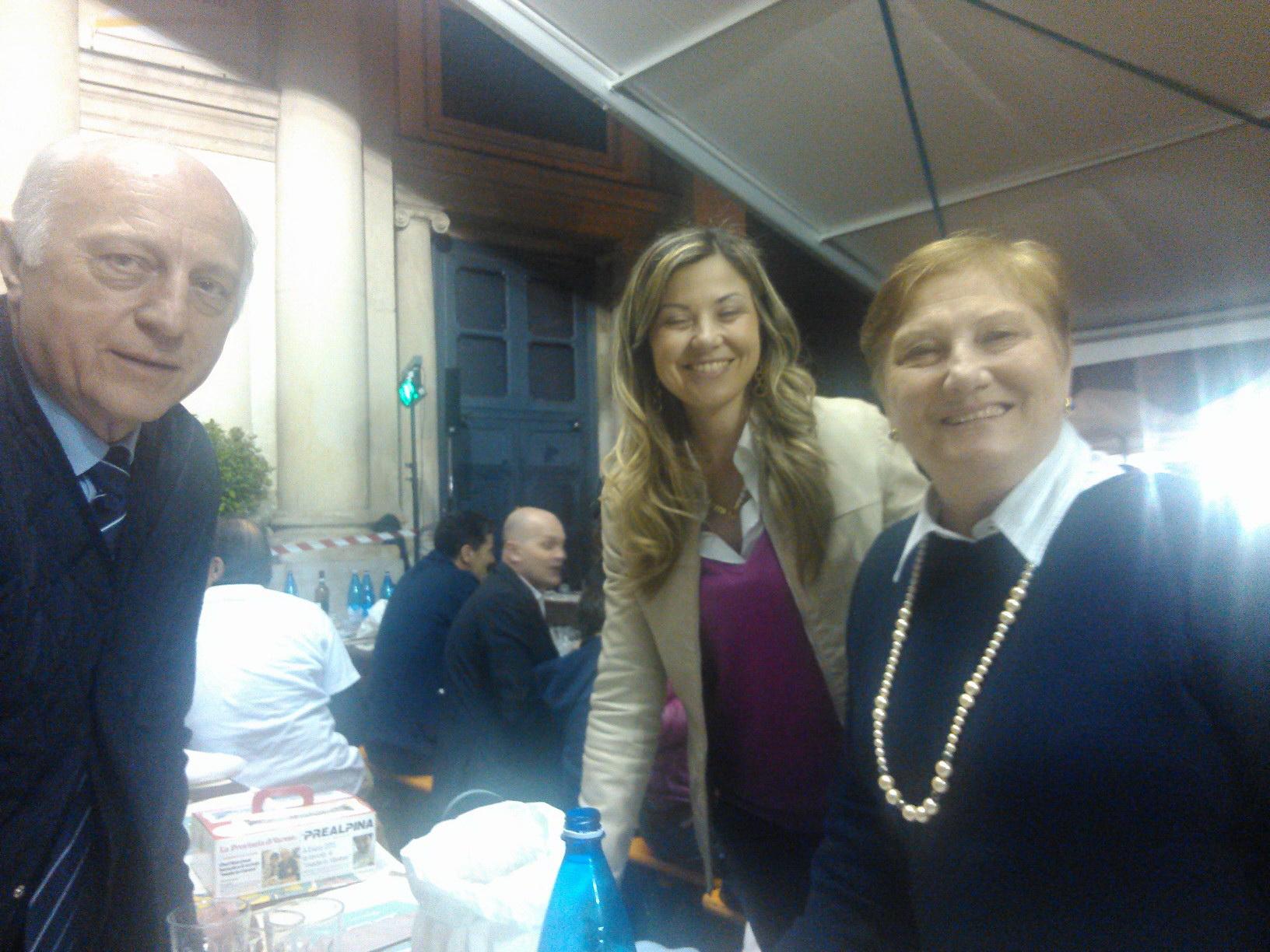 Al centro l'on. Maria Chiara Gadda con Carlo e Giusi Massironi