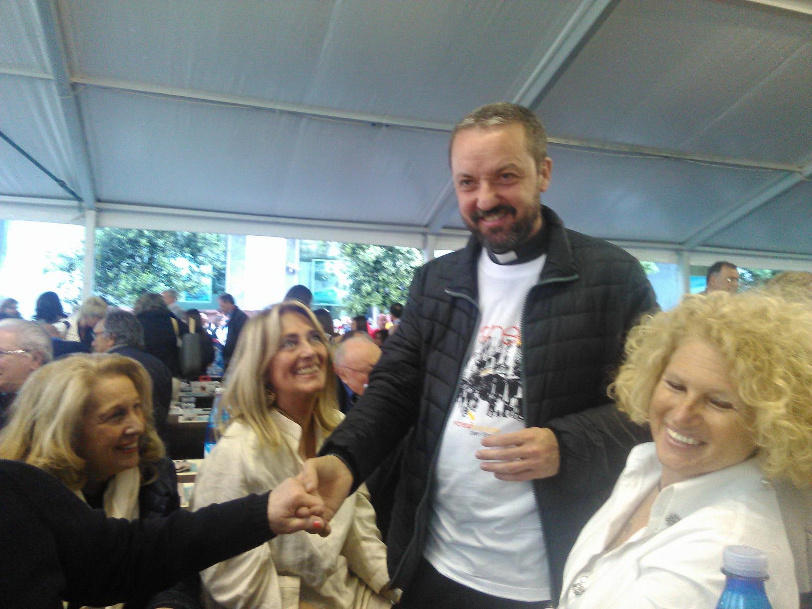 Don Marco Casale con alcune Socie Lion.