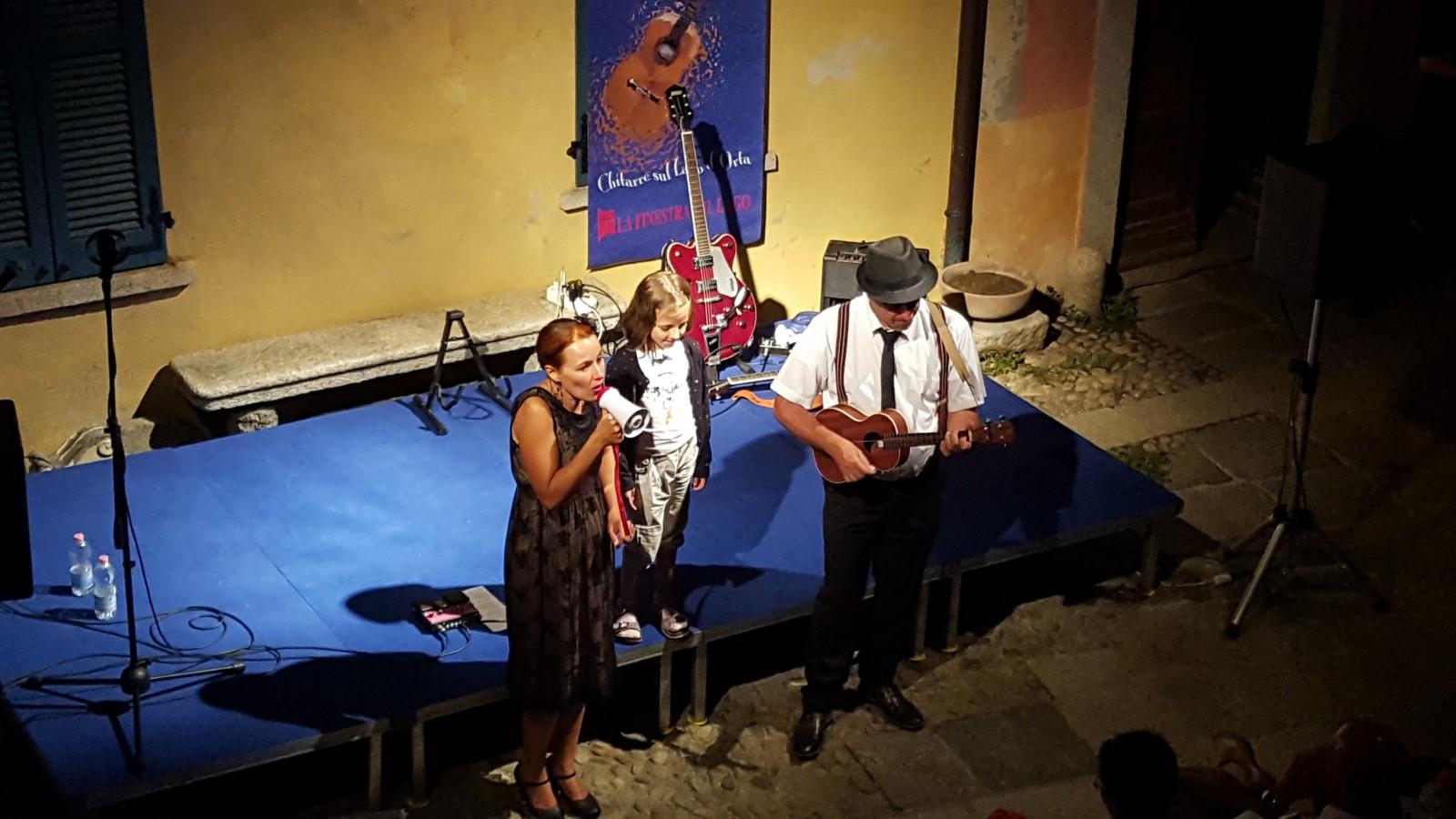 Un paese a sei corde Camarella- Facchini con bimba