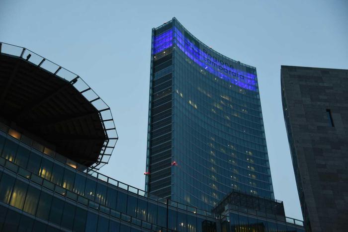 Regione Lombardia illuminata di blu