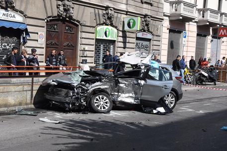 Schianto a Milano, uomo muore, investitore fugge