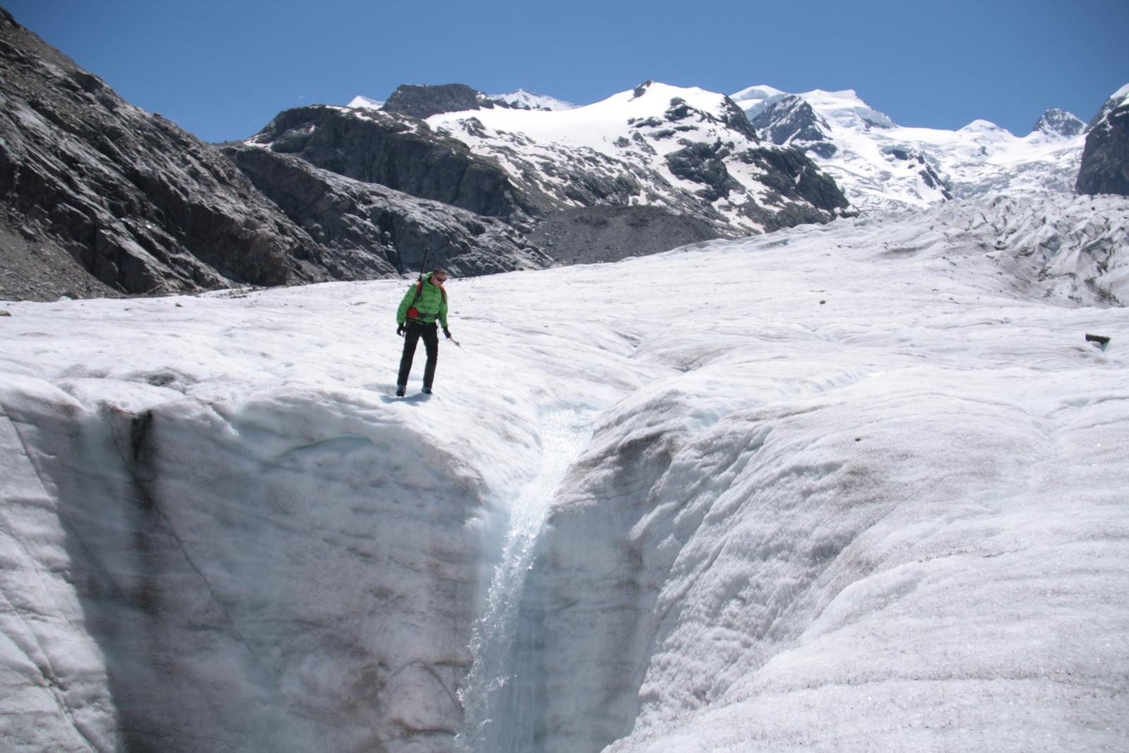 02. Un'altra immagine che evidenzia la formazione delle acque di fusione sul ghiacciaio