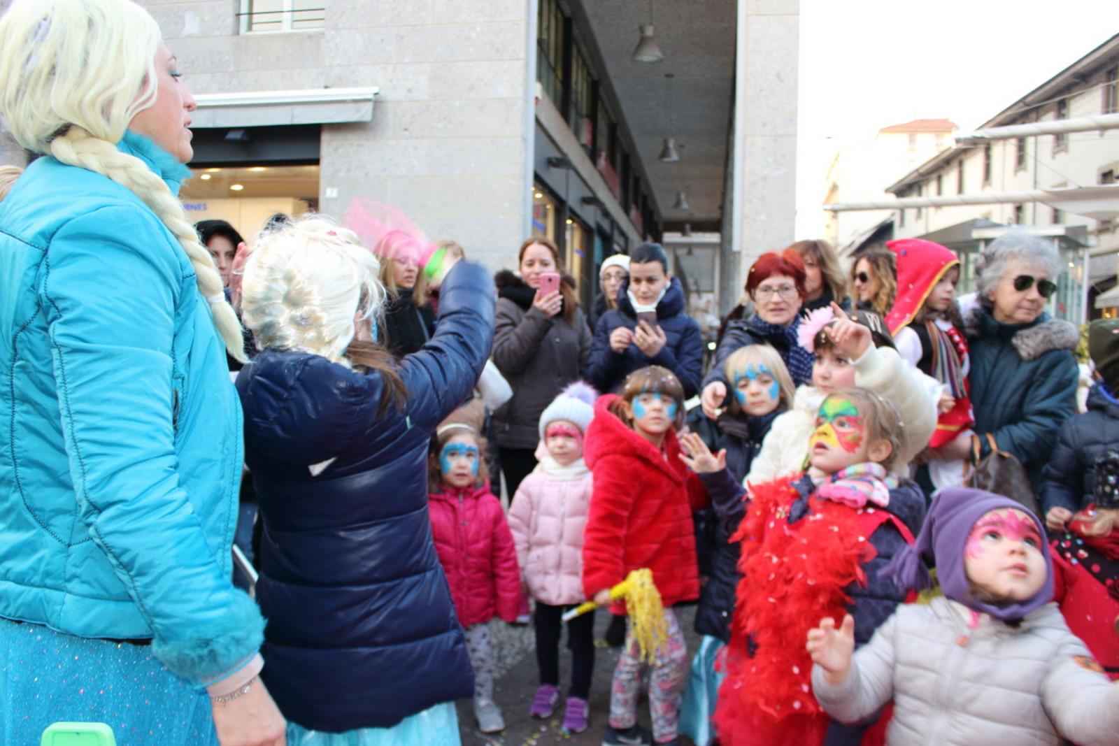 Tanti bambini con elsa al quot carnevale morello sempione news