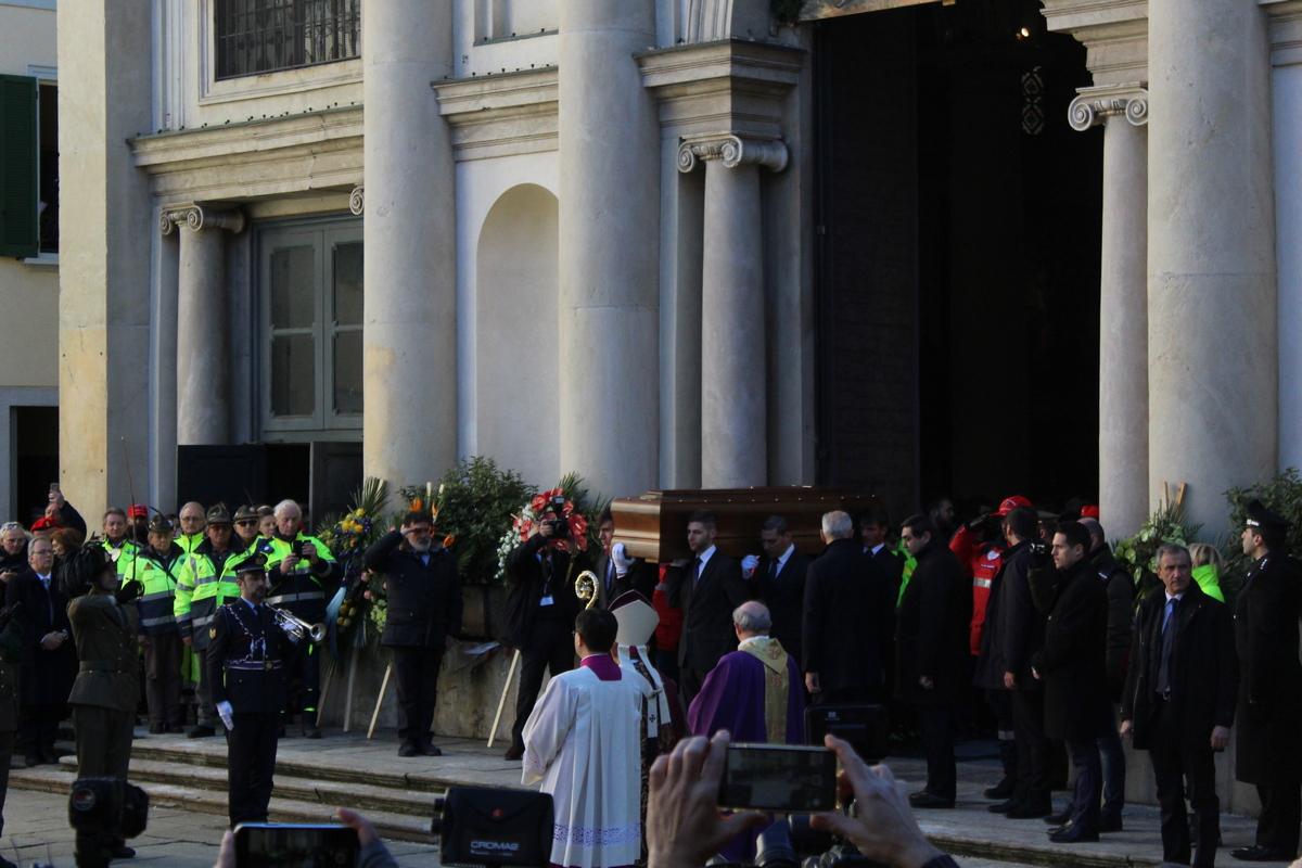 Varese si stringe in un abbraccio ai funerali di stato for Abbreviazione di onorevole