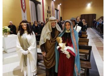 """Un primo passo verso i festeggiamenti per l'epifania col presepe vivente davanti alla chiesa di Santa Croce, curato da quasi trent'anni dal """"Club Boschessa."""""""