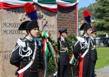 corona davanti al monumento 73 Festa della Repubblica