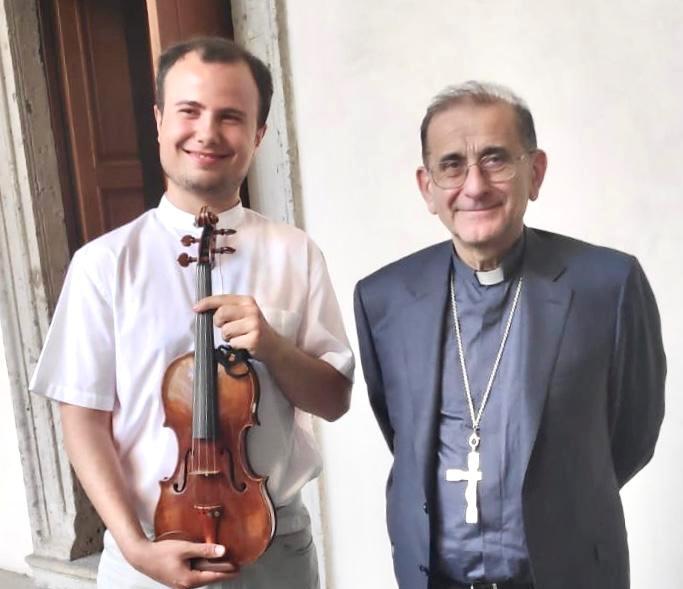 Il sanvittorese Lorenzo Meraviglia ha suonato ieri, lunedi 13 , opere di J.S. Bach, con l'Accademia Concertante d'Archi di Milano diretta dal Maestro Benaglia, innanzi al cardinal Mario Delpini in occasione di un incontro istituzionale.