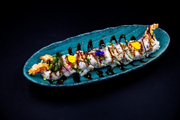 MA29 Crab Mou (tempura crabe mou, avocat, mangue,mini concombre, masago, cheese, sauce anguille)
