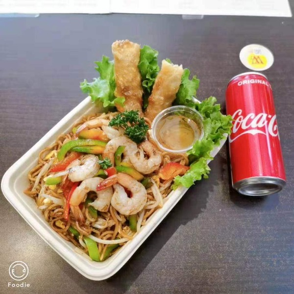 (NOUVEAUTE ) Maxi nouilles sautées aux crevettes + 2 nems poulet + 1 boisson offerte