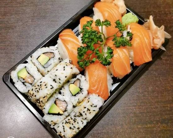 (NOUVEAUTE ) 8 California saumon avocat + 6 sushi saumon + 1 boisson offerte