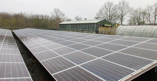 Op-de-agrarische-grond-van-kippenboer-Heukers-aan-de-Asserwijk-staat-Zonnepark-De-Lichtkiem-gefinancierd-via-ZonnepanelenDelen.jpg